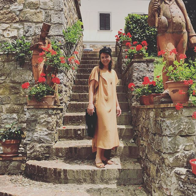#throwbackthursday to two weeks ago in Tuscany where I gorged on utter deliciousness, against the most stunning backdrops, among the brightest stars, many of whom captured moments of me living my best life. (Some pics are more obnoxious than others, but I particularly like this one in which I'm surrounded by replicas of the table decorations my dad made for my sister's wedding last year 🌺🌺🌺) Thank you @jilld_pics @lauraecarinci @robthegrave @lo_kerr @tashsherman @heathermich, Mrs C and Zoe the 🐱 #jillune #underthetuscansun 💕🥂🍝☀️✈️
