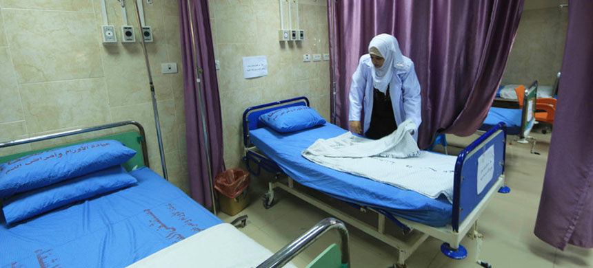 Gaza hospitals rely on backup generators to keep the lights and life-saving devices running. (photo: Mahmoud Khattab/APA)