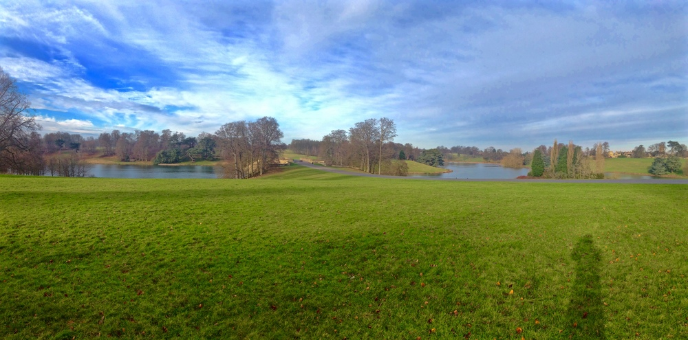 Panoramic view of the grounds and lake © Traverate 2016