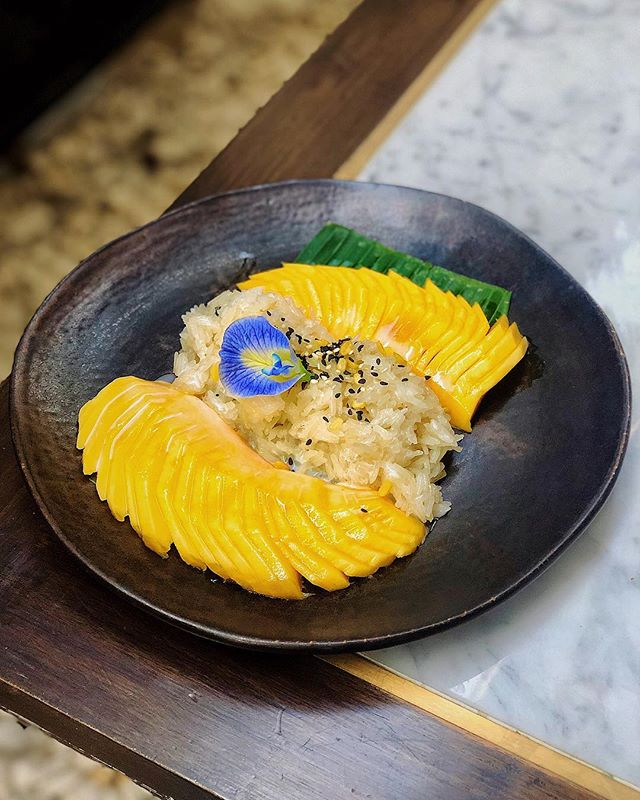 This is sweet perfection 🥭🍚😛 Thai mango with coconut sticky rice and sesame seeds from @thesiamhotel #SAFoodGuru ========================================== #foodiefinds #igfoodies #foodie_features #f52grams #foodporn #foodvsco #finedine #foodgram #desserttime #dessertgram #dessertgasm #desserttable #onmyplate #onmytable #instaeats #dessertlovers #chefsalert #beautifulcuisines #thesiamhotel #thaidessert #mangoandrice #coconutrice #thaifoodstagram