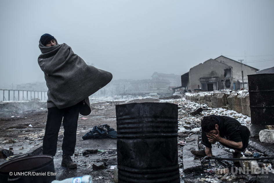 Mange europeiske land har innført midlertidige grensekontroller, som hindrer mennesker på flukt i å søke asyl Nord-Europa. her ser vi FLYKTNINGER som STÅR FAST I SERBIA.  FOTO: UNHCR/DANIEL ETTER