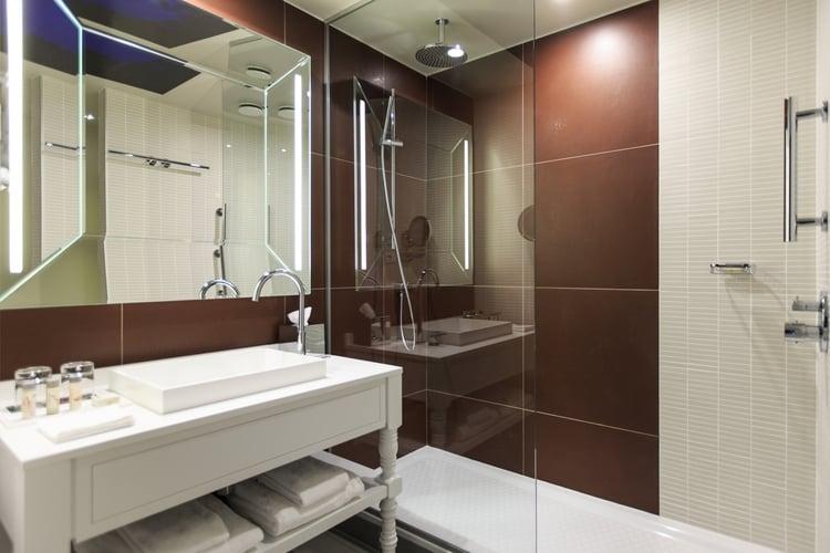 Guestroom_Bathroom_Standard_5737.jpg