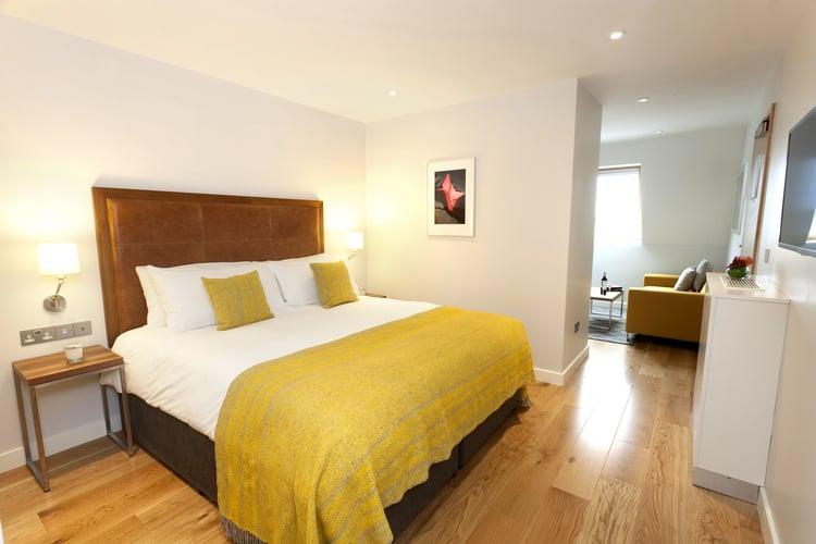 bedroom+of+executive+studio+suite.jpg