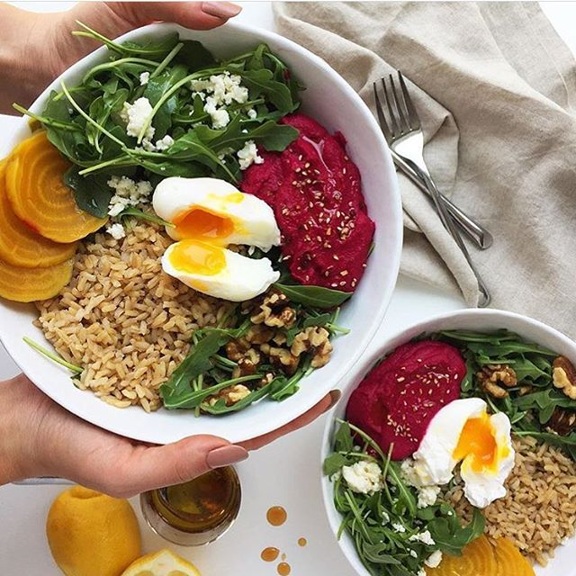 Check out that pretty beet hummus! 😍 We created this delicious bowl recipe for @egglandsbest - you can't go wrong with the perfect balance of crisp greens, high fiber brown rice, veggies, crunchy walnuts and feta. With an #EBEgg on top, you get 6x more Vitamin D and double the amount of B12 and Omega 3s than ordinary eggs . . . . Www.egglandsbest.com/recipe/cant-beet-bowls/