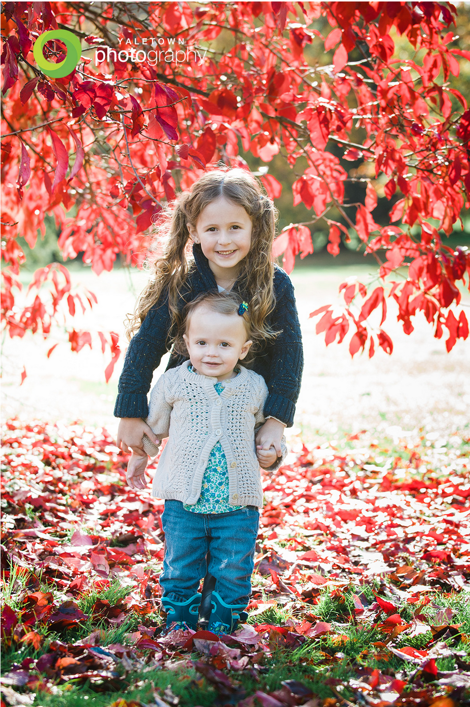 sisters-vancouvouer-family-photos-kids-photography-fall-leaves-yaletown-photography-photo_04