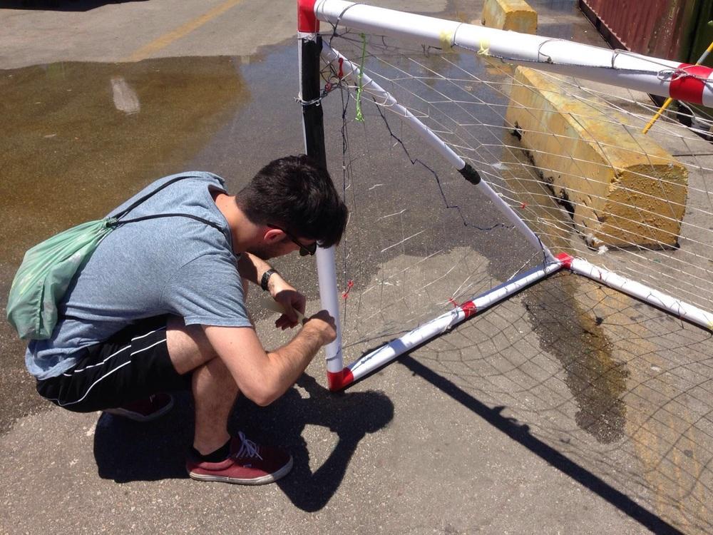 Fabio am Tore reparieren für die kommenden Tourniere