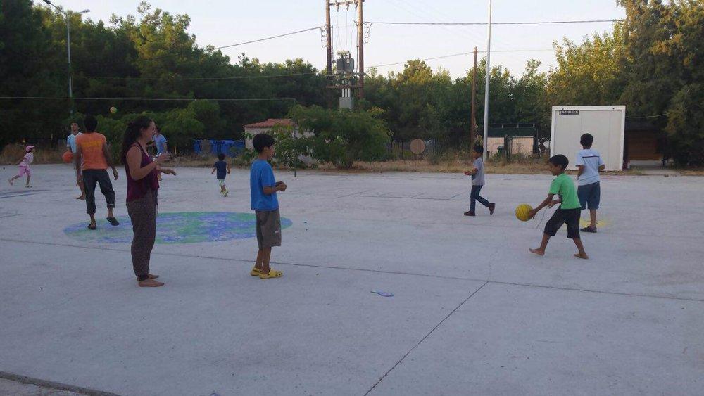 Fussball spielen mit den Kindern und Kindgebliebenen