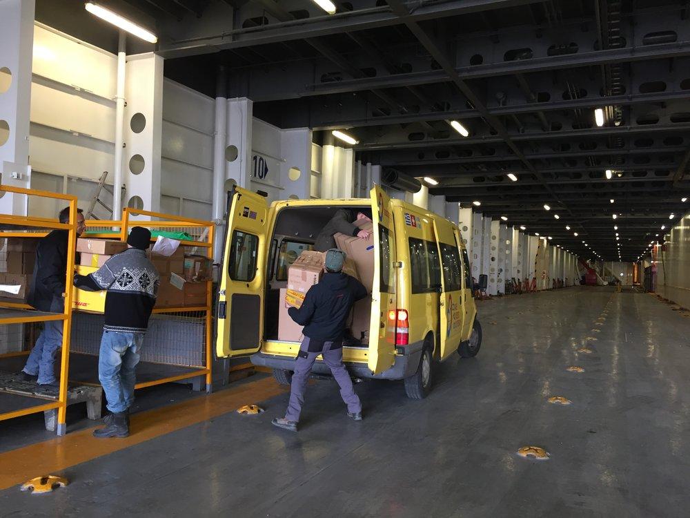 Der SAO-Van wird in der Fähre mit der Lieferung für die Nordküste beladen.