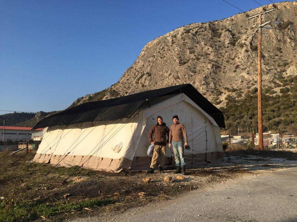 In den gesponserten Zelten werden wir einen Laden für die Menschen auf der Insel errichten.