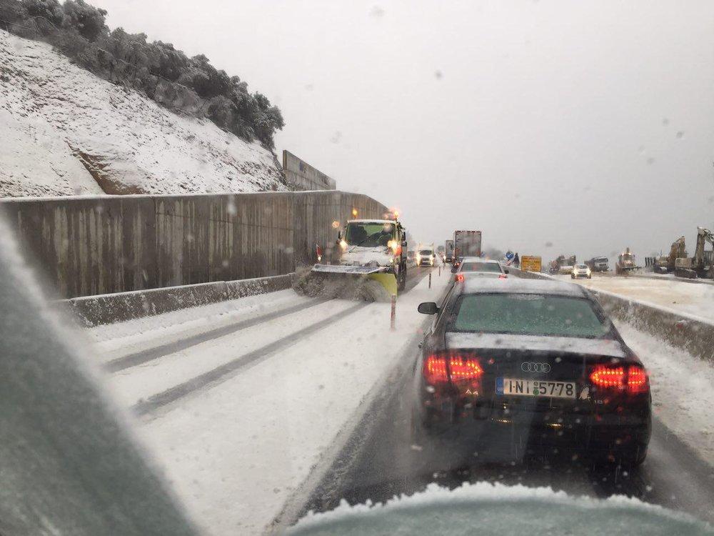 Ungewöhnliches Bild: Schneepflug im Verkehrschaos zwischen Patras und Korinth (Griechenland)