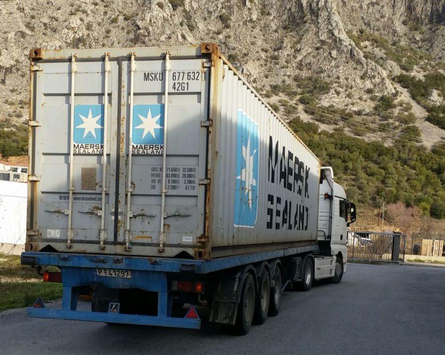 Ein grosser Container erreicht Attika.