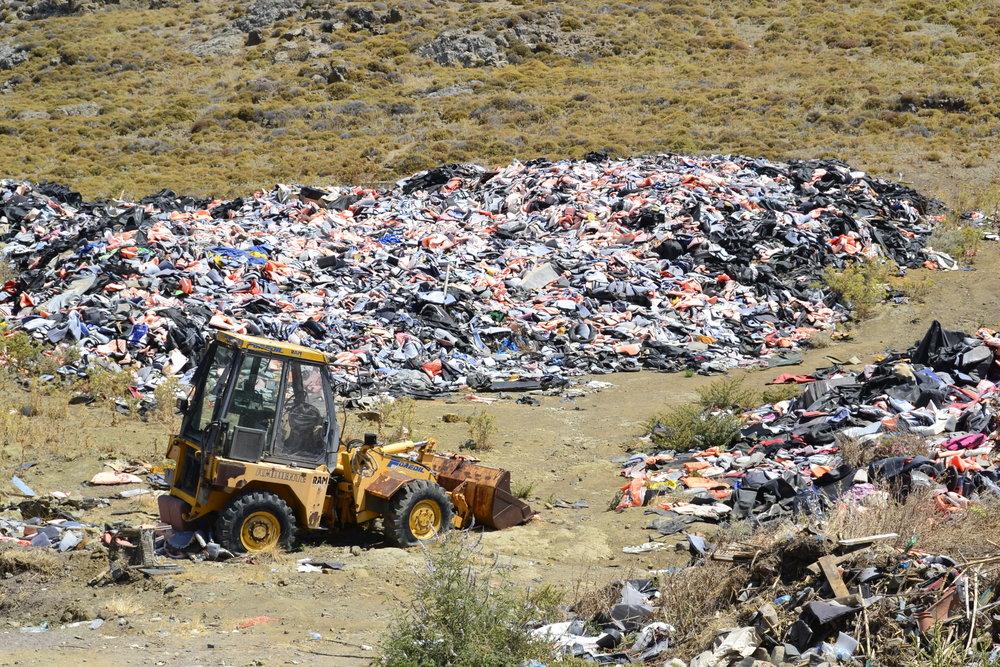 """Der """"Lifejacket graveyard"""" in der Nähe von Molivos.Über eine halbe Million Schwimmwesten wurden in dieser Müllgrube """"entsorgt""""."""