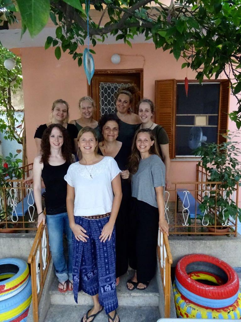 Rilana unten rechts und Sarah oben, Zweite von links, sagen: Wir bedanken uns noch einmal aus tiefstem Herzen bei unserem Bashira Team. Es war grossartig mit euch starken Frauen zusammenzuarbeiten!