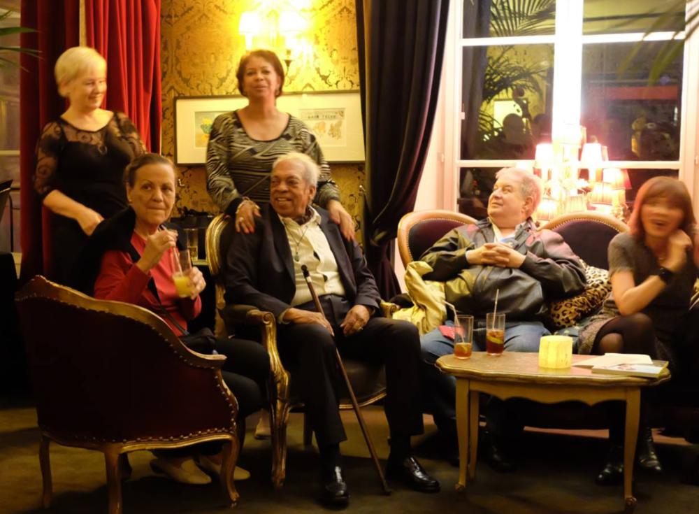 Auditoire autour du peintre Lorenzo Padilla.