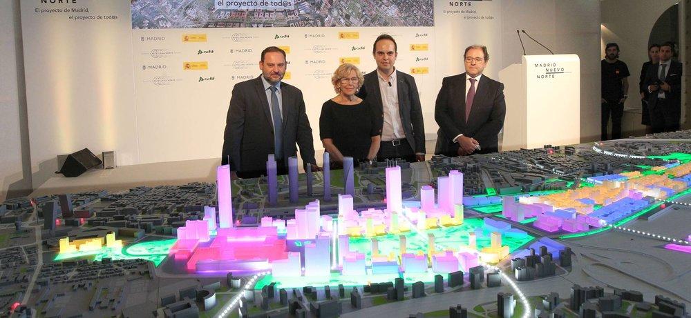 La alcaldesa de Madrid, Manuela Carmena, junto al Ministro de Fomento, José Luis Ábalos y el presidente de Distrito Castellana Norte (DCN), Antonio Béjar y José Manuel Calvo, delegado del Área de Desarrollo Urbano Sostenible (Juan Lázaro).
