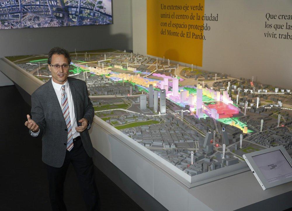 """Javier Herreros, arquitecto, explica la maqueta en el  #EspacioMadridNuevoNorte  """" #MadridNuevoNorte  ha hecho de la participación la base de lo que veis aquí, un proyecto emocionante con la capacidad de transformar  #Madrid """""""