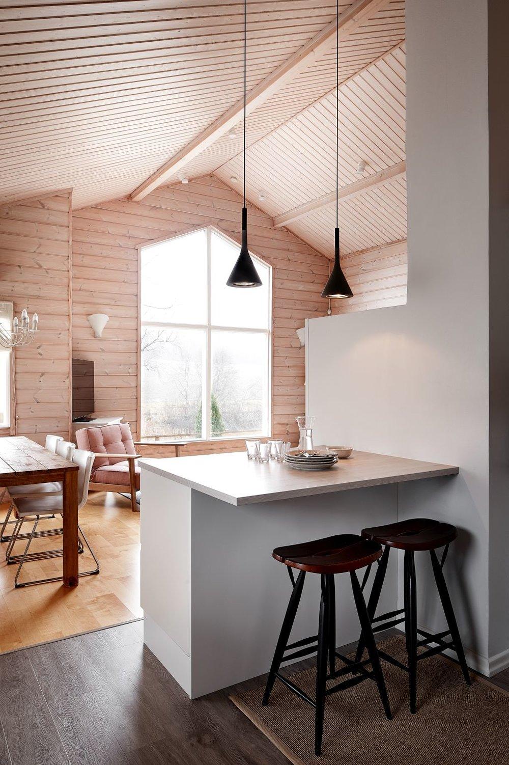 Keittiössä Foscarinin betoniset valaisimet yhdistettiin Artekin Pirkka tuoleihin.
