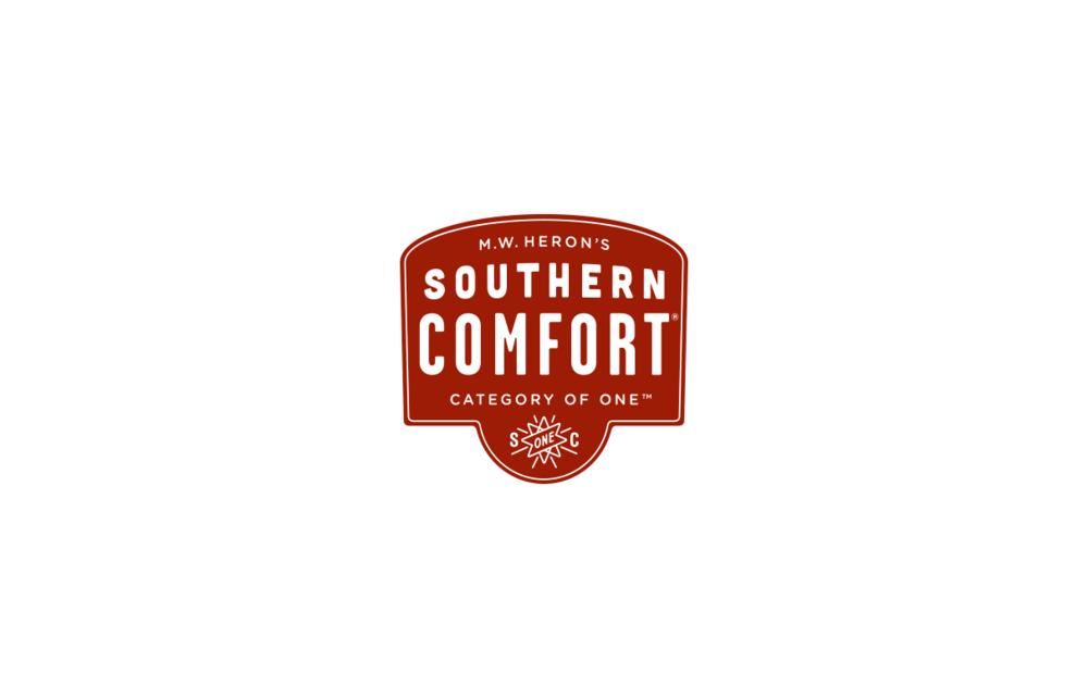 """Southern Comfort - Southern Comfort nasce nel 1974 da una ricetta a base di whiskey reso più """"confortevole"""" nella bevuta da un mix di ingredienti tra cui spiccano arancia, vaniglia e cannella che gli donano un sapore dolce e speziato.L'invenzione è del barman Martin Wilkes Heron che ha dovuto dare ai suoi clienti del """"Tavern McCauley"""", insoddisfatti della durezza del whiskey, qualcosa che potesse essere piacevolmente assaporato: un prodotto dal gusto più rotondo che desse appunto """"Comfort"""" a chi lo bevesse."""