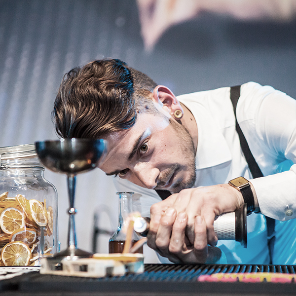 """FBS - FBS - Flair Bartender's School - nasce dalla passione per l'American Bartending ed è presente in Italia dal 1997. La sua attività principale è l'offerta di un'alta formazione per barman o bartender professionisti, nonché il loro inserimento nel mondo del lavoro in locali di vario genere: dal pub all'hotel, dalla discoteca al lounge bar, fino ad arrivare al classico cocktail bar.FBS si occupa anche dell'organizzazione di eventi a Roma e in Italia, proponendo la formula """"barcatering"""". Inoltre, dal 2007, organizza Flair Battle Rome, una delle più importanti gare internazionali di Flair su Roma, alla quale hanno partecipato flair bartenders di fama internazionale. Ad oggi, FBS brand è, inoltre, affiancata da brand internazionali come Gancia, Bacardi, Martini, Isi Ghiaccio, The Bars e Zuegg."""