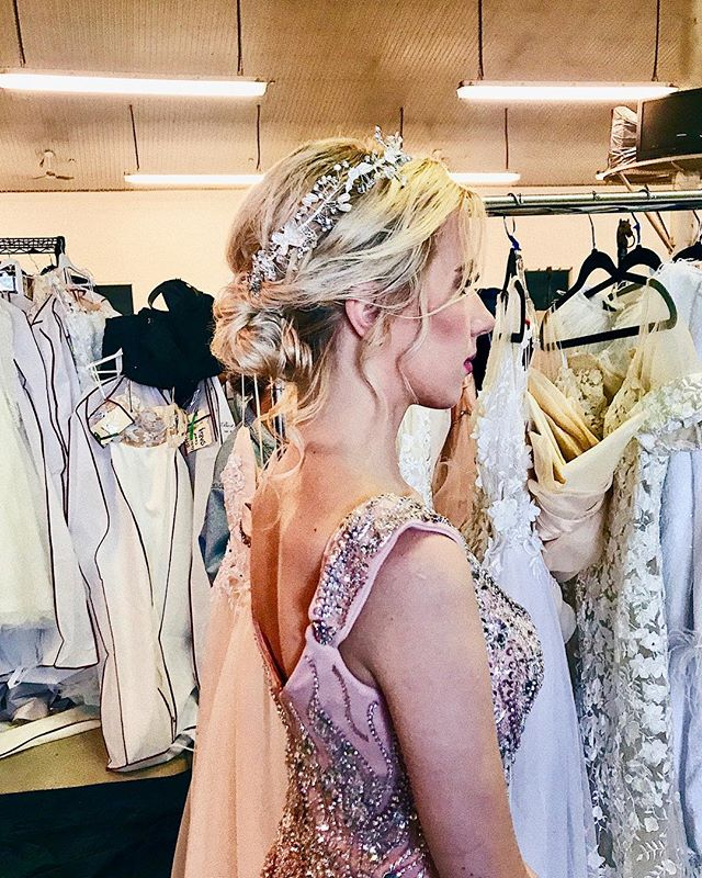 We offer bridal hair services too! Check out our hair stylist @hairbywina's beautiful BTS work from last weekend's @modernbridews wedding show. 😍✨