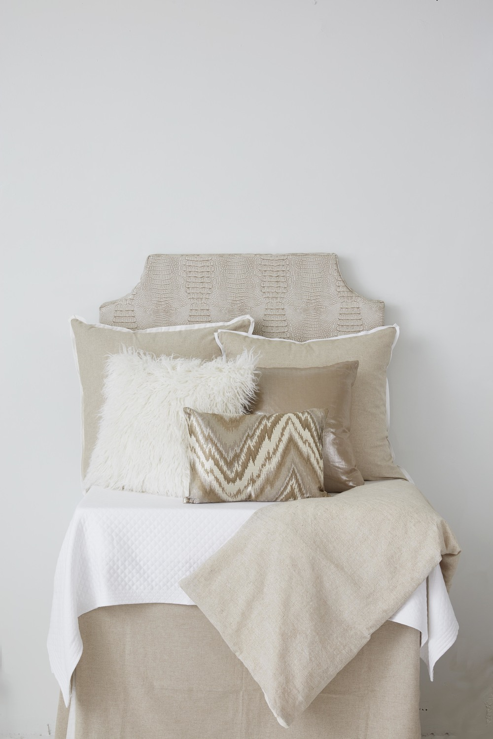 *©room 422_neutral_bed-danish w: white band.jpg