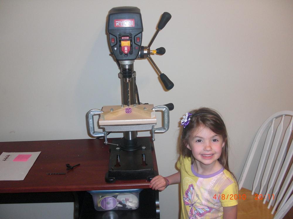 Mi hija (Alicia) ayudándome a construir mi primer cubo en el 2010