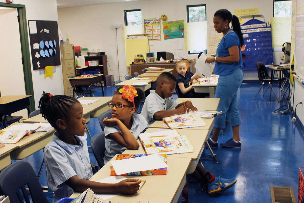 Second grade teacher Martine McGull leads her class in a reading exercise. SUSANNAH LOHR | ST. LOUIS PUBLIC RADIO