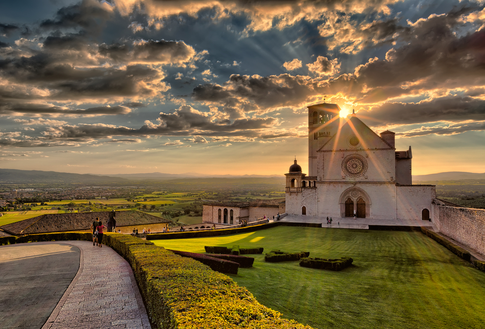 Sun sets over the Basílica of Assisi