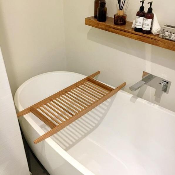 Bath with floating shelf