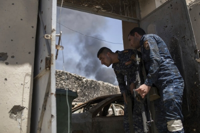 Federal policemen watch Islamic State positions at the frontline during fighting in the Old City of Mosul, Iraq, Monday, June 26, 2017. Islamic State fighters launched a string of counterattacks in a western Mosul neighborhood that had recently been declared free of the militant group, setting off clashes that continued overnight, Iraqi officials said Monday.(AP Photo/Felipe Dana)