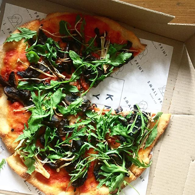 When the vegan pizza is next level 😍 we love that @smallprintpizzabar is literally just around the corner from us, and has all of the vegan cheese options (and amazing crunchy gluten free bases!) 🍕🍕🍕