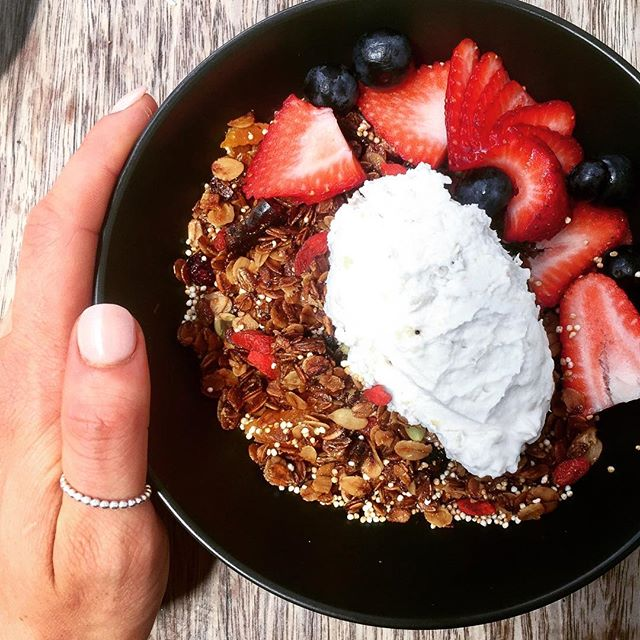 The perfect healthy breakfast for a seriously hot Melbourne day.. @denisthemenacecafe's gluten free, vegan granola with fresh seasonal berries, banana coyo & raw almond milk 😍🙏