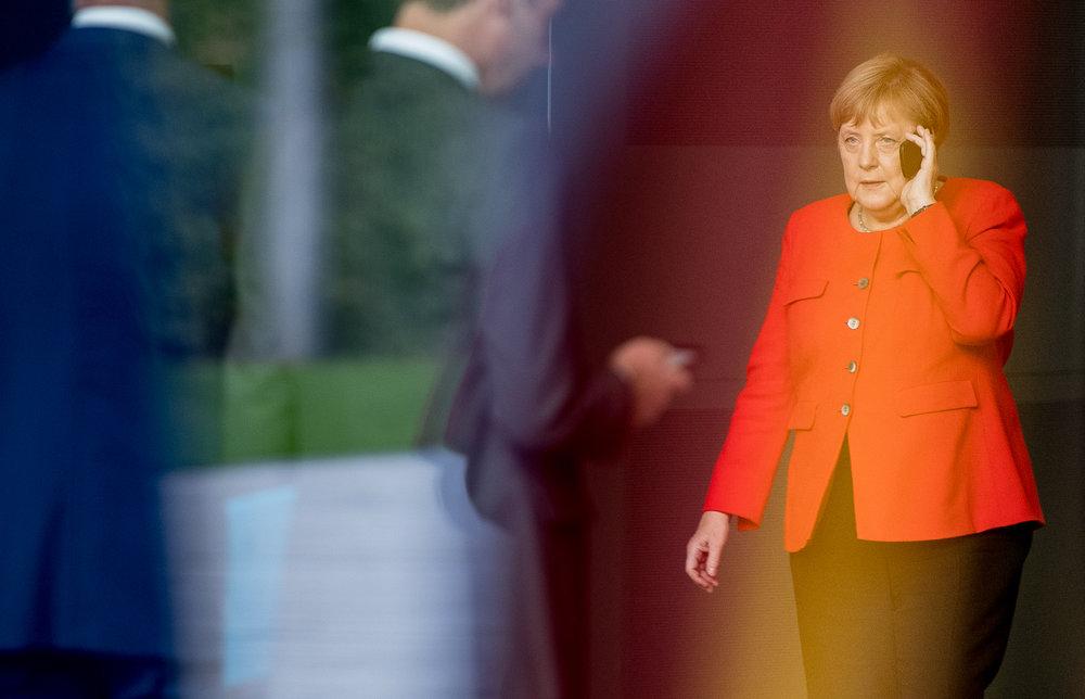 Angela Merkel telefoniert vor dem Treffen mit Tschechiens Präsidenten im Bundeskanzleramt.