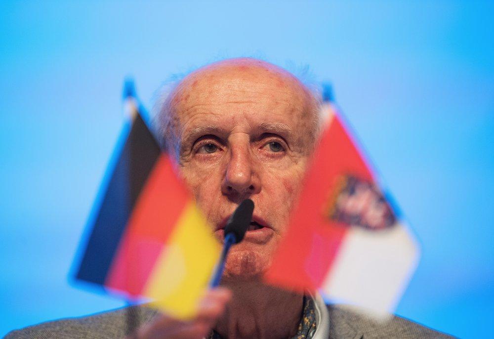 Albrecht Glaser spricht als Versammlungsleiter auf dem Parteitag der AfD Hessen.