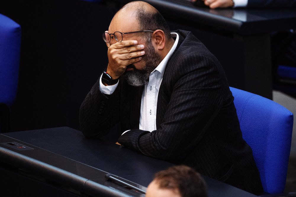 Omid Nouripour verzweifelt während der 55. Sitzung des Deutschen Bundestags an einer Rede zu einem Antrag der AfD zum Thema Islam.