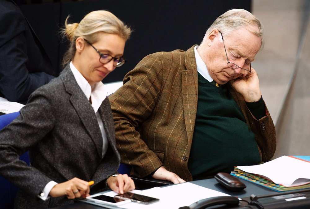 Alice Weidel und Alexander Gauland sitzen im Bundestag.