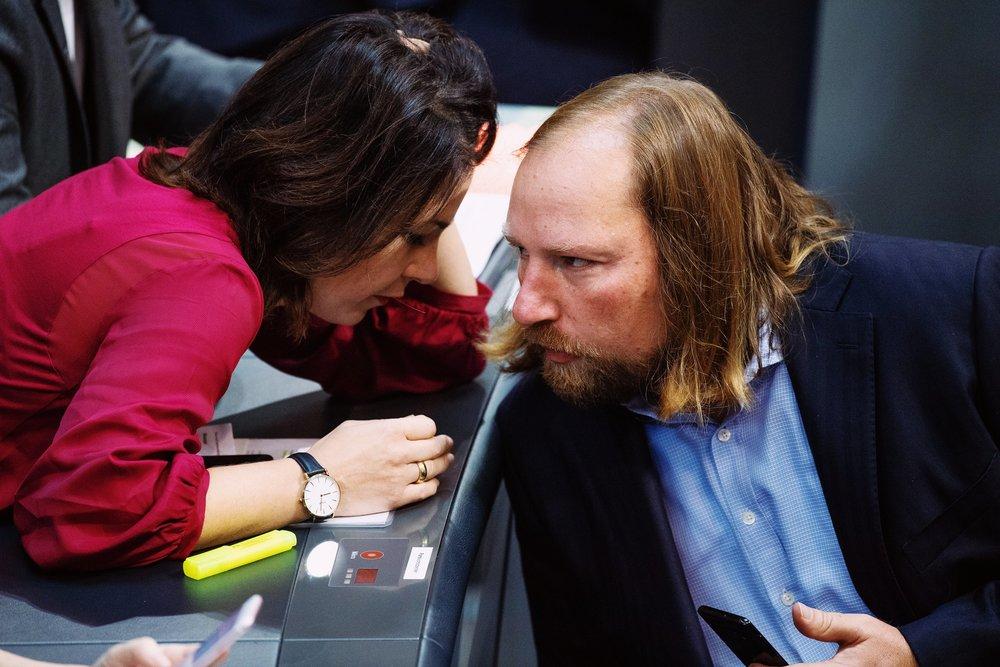 Annalena Baerbock und Anton Hofreiter diskutieren im Bundestag.