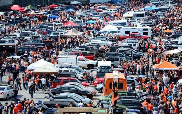 Tailgate crowd.jpg