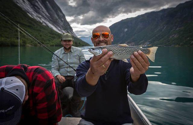 Happy man #kjøsnesfjorden #lundeturiststasjon #aurefiske #jølster #fishing #hollyday #mittvestland #sognogfjordane #sportsfiske #njff