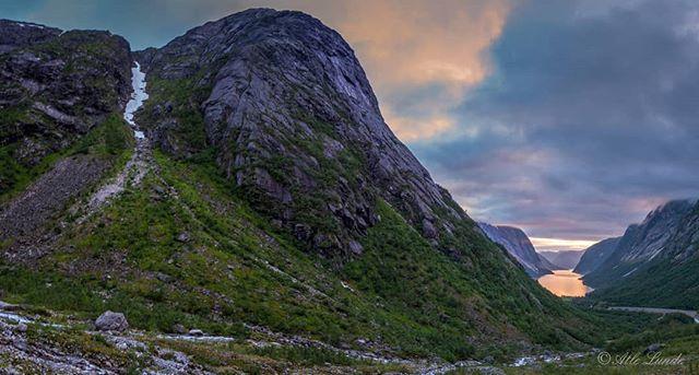 Snart ikkje noke snø igjen i Lundeskaret #lundeturiststasjon #lundeskaret #kjøsnesfjorden #jølster #sognogfjordane #mountain #snow #norway  #vestlandet #summer #hollyday
