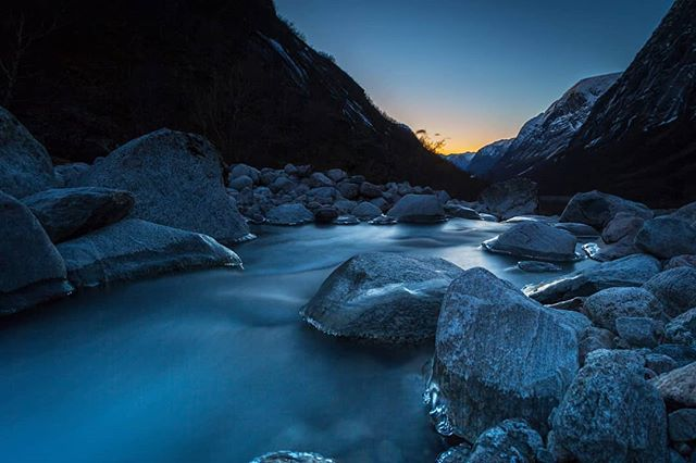 Blå timen i slutten av oktober... #glacierwater #mountains #nature #landscapephotography #yrbilder #fotocatchers #travel #kjøsnesfjorden #jølster #longexposer #night #ice #water