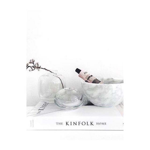 Kinfolk laver de smukkeste og mest inspirerende bøger 🙌🏼 @nathankinfolk #kinfolkhome #kinfolktable #simpleliving #coffeetablebook #inspiration #lessvegas / photo: @pinterest