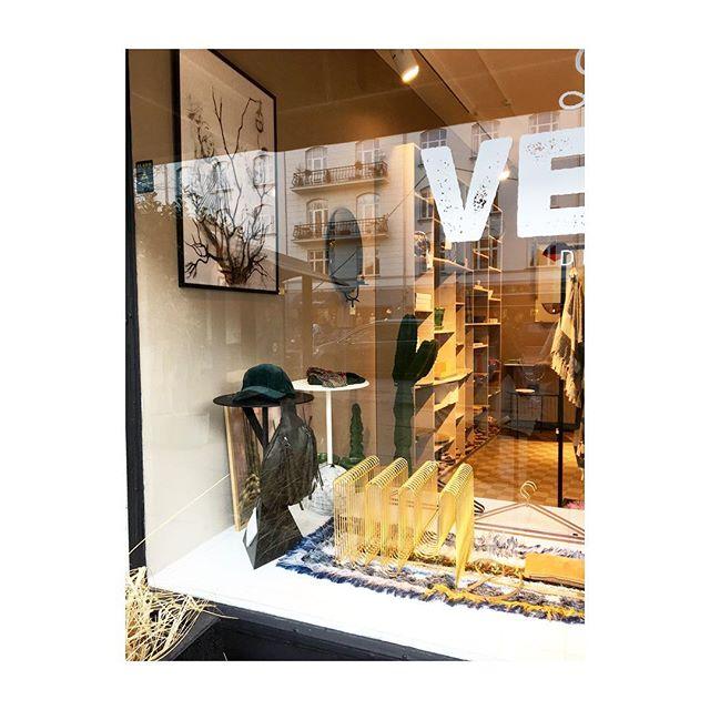 Så er den smukke magasinholder endelig tilbage i butikken - længe ventet 💫 @aytmdesign #mags #brassdecor #aytm #homeaccessories #storage #lessvegas #cph #hellerup