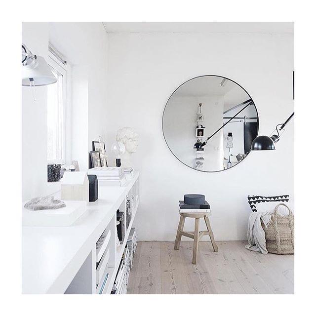 Så er det populære spejl kommet tilbage i butikken og webshop 💣 både i sort og rosa / photo: @housemalinm 🙏🏼 #aytm #bigmirror #walldecor #homeaccessories #simpleliving #lessvegas #cph