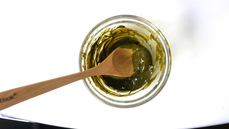 DIY+alert!+Learn+to+make+a+super+hydrating+face+mask+with+green+tea+and+raw+honey+from+www.goingzerowaste.jpg