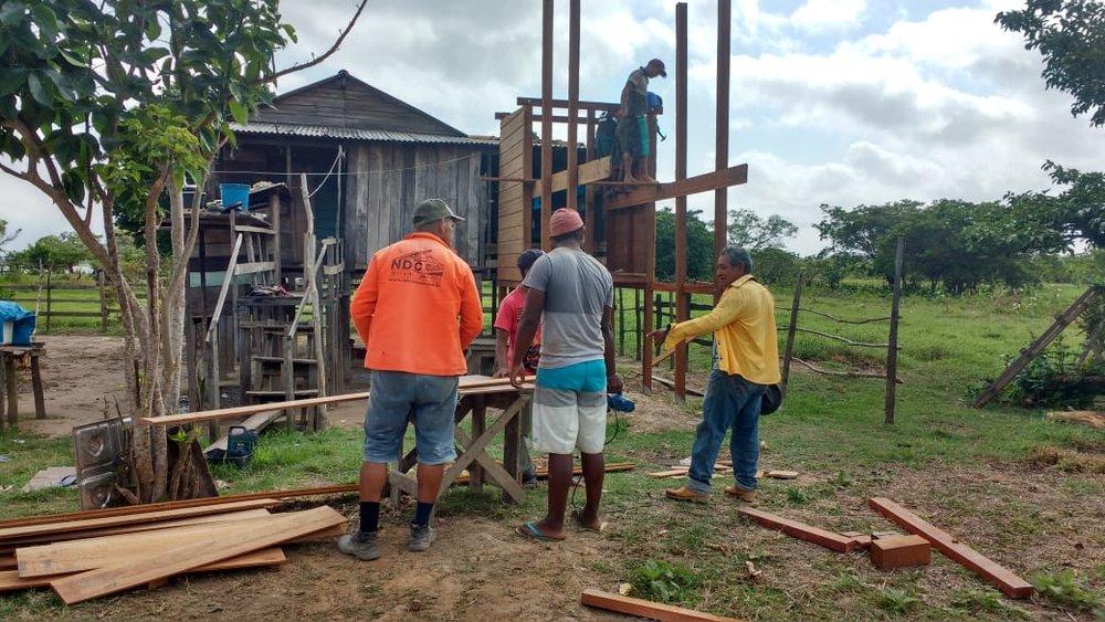 Além dos engenheiros, pedreiros e ajudantes, o projeto conta com a participação efetiva dos próprios comunitários.