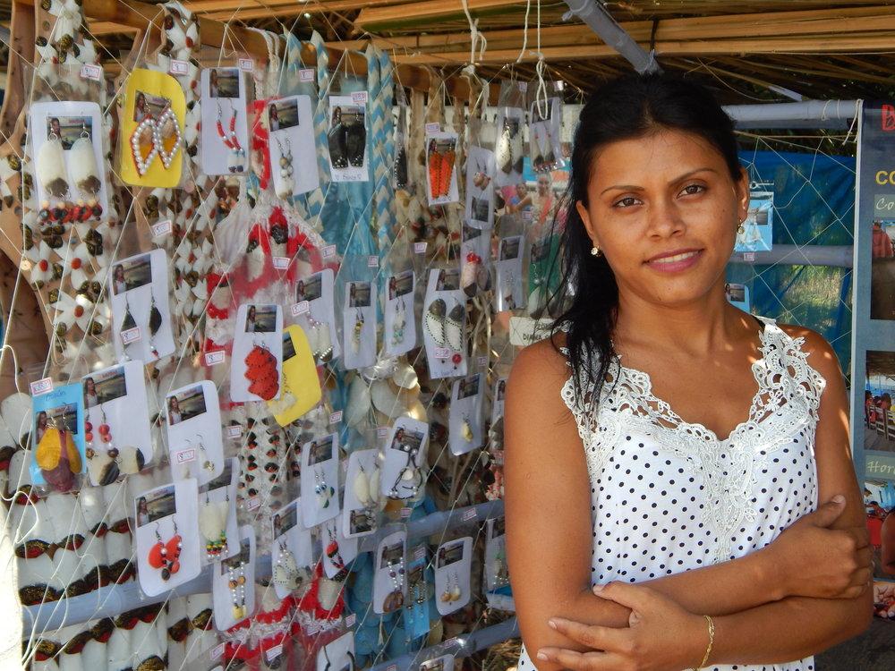 Comercialização de biojóias no Festival do Pirarucu em Santa Maria do Tapará