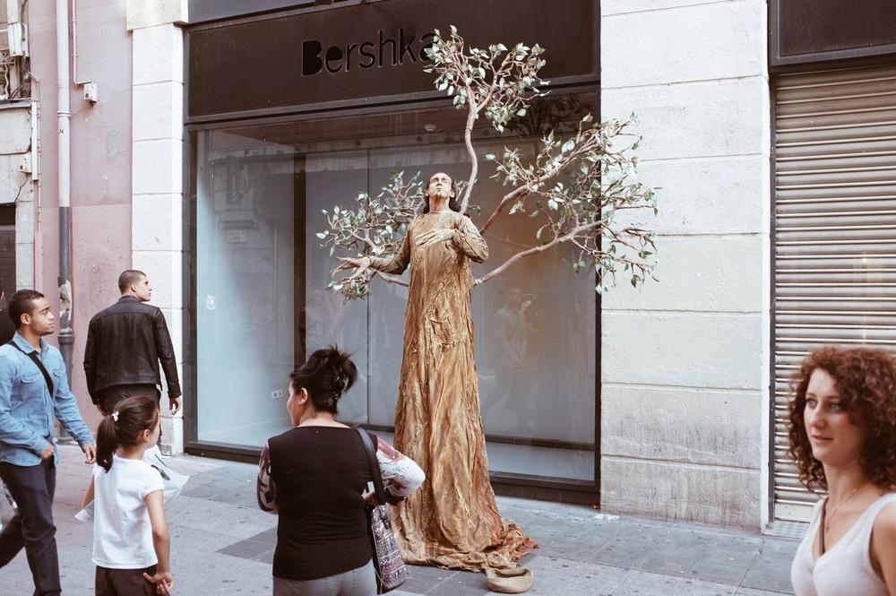 A street performer in Grenoble. Kinda creepy. Kinda amazing.