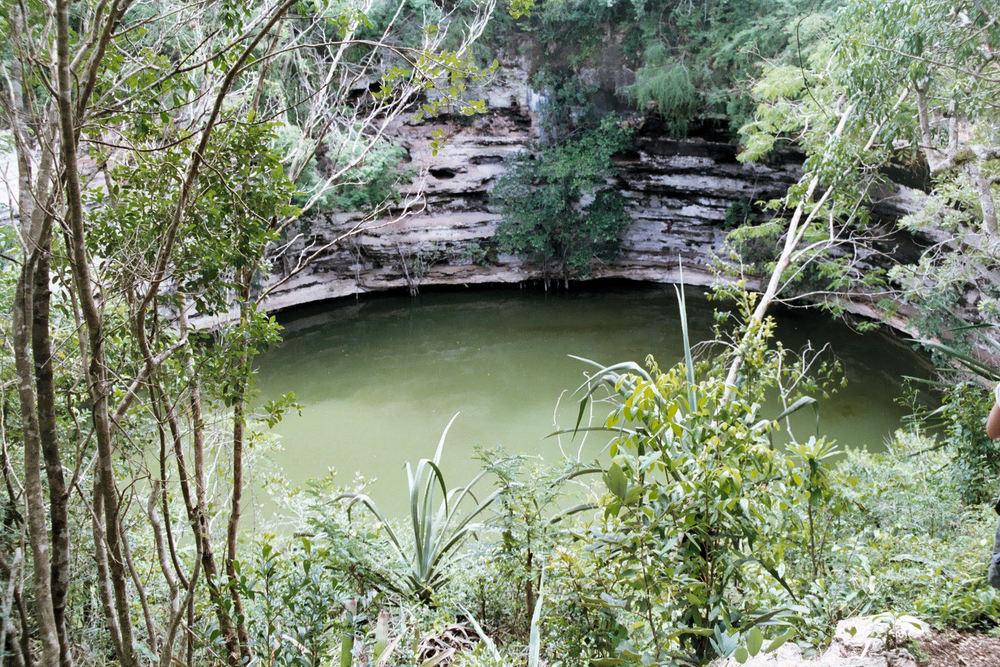 Cenote_brunnen_Chichen_itza.jpg
