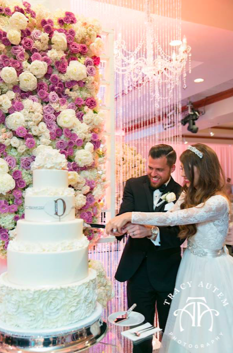 dallas-bride-cutting-cake